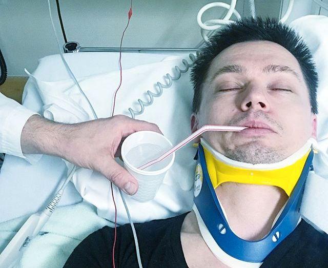 UNDERSØKT: Ailo Gaups bilder fra sykehuset viser at han blir undersøkt og har på nakkekrage. Bildet er gjengitt fra Instagram med tillatelse.