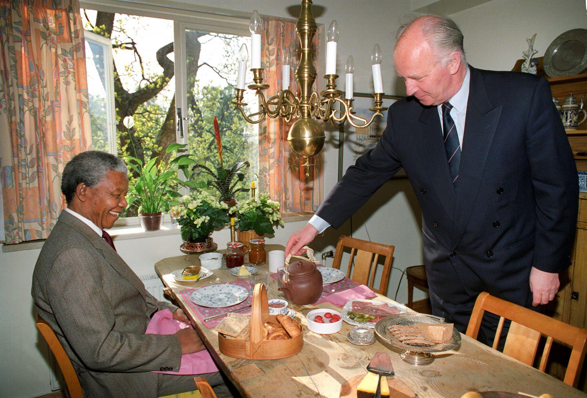 FROKOST: Nelson Mandela blir servert frokost hjemme hos Thorvald Stoltenberg. Han var på den tiden utenriksminister.