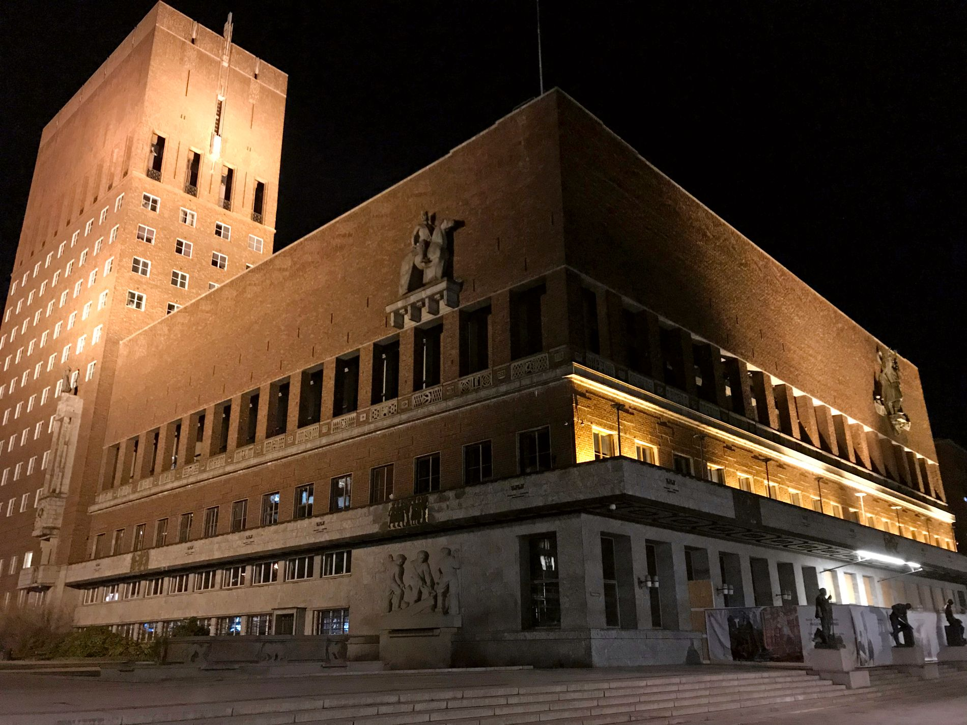 PÅ: Bryteren sto på i Oslo rådhus mellom 20.30 og 21.30 lørdag kveld.