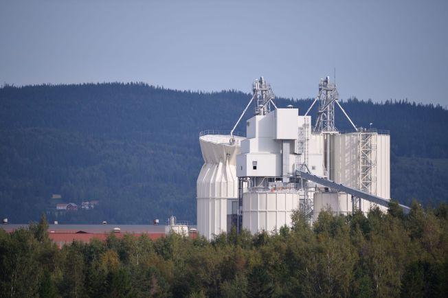KAN KOLLAPSE: Denne siloen fra NorFraKalk i Verdal står i fare for å bryte sammen, og politiet har derfor evakuert industriområdet.