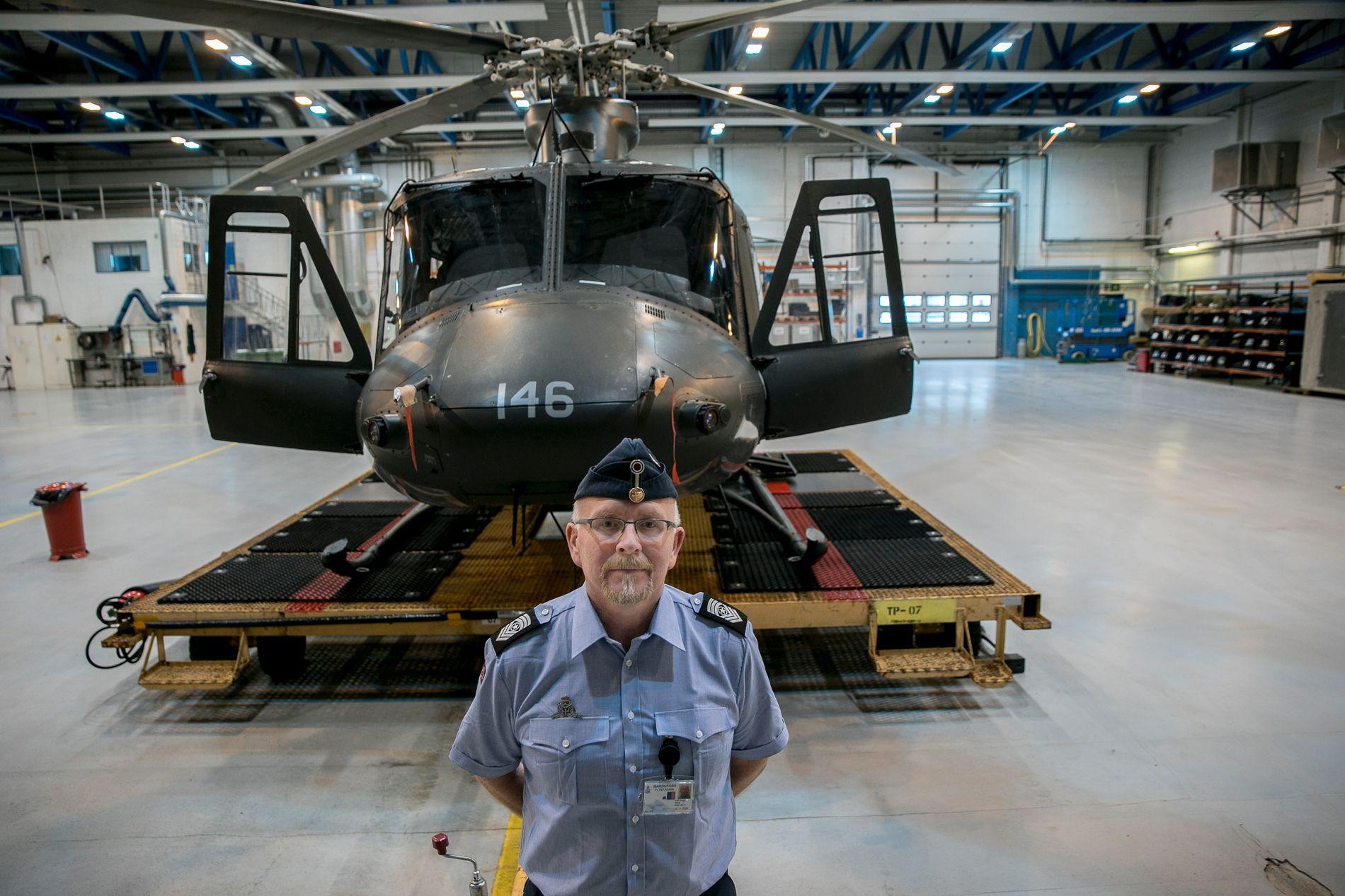 SYMBOL: Sjefssersjant Odd-Helge Wang ved Luftving 139 på Bardufoss viser frem Bell 412-helikoptrene i stridens kjerne for den politisk betente forsvarssaken i Troms.