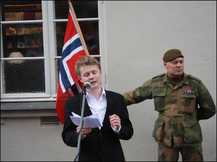 TALTE: Gunnar «Kjakan» Sønstebys barnebarn Marius Sønsteby fortalte i sin tale om bestefarens forhold til Rjukan, da en statue av den nå avdøde krigshelten ble avduket på torget i hjemkommunen på frigjøringsdagen 8. mai i år. Foto: Tinn kommune