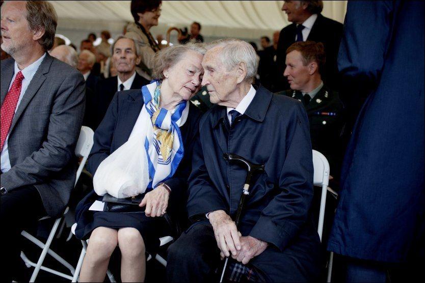 VED HANS SIDE: Gunnar Sønsteby sammen med sin kone Anne-Karin Sønsteby under avdukingen av Max Manus-statuen på Akershus Festning i 2011. FOTO: NTB Scanpix