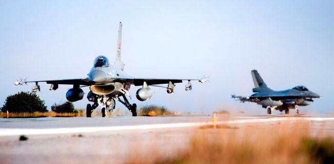BOMBET LIBYA: To norske jagerfly på Souda-basen på Kreta etter det første norske bombetoktet mot Libya. Til tross for lang erfaring, er det lite trolig at flyene - med piloter og bakkemannskap - vil bli sendt til Midtøsten som en del av kampen mot IS, får VG opplyst.