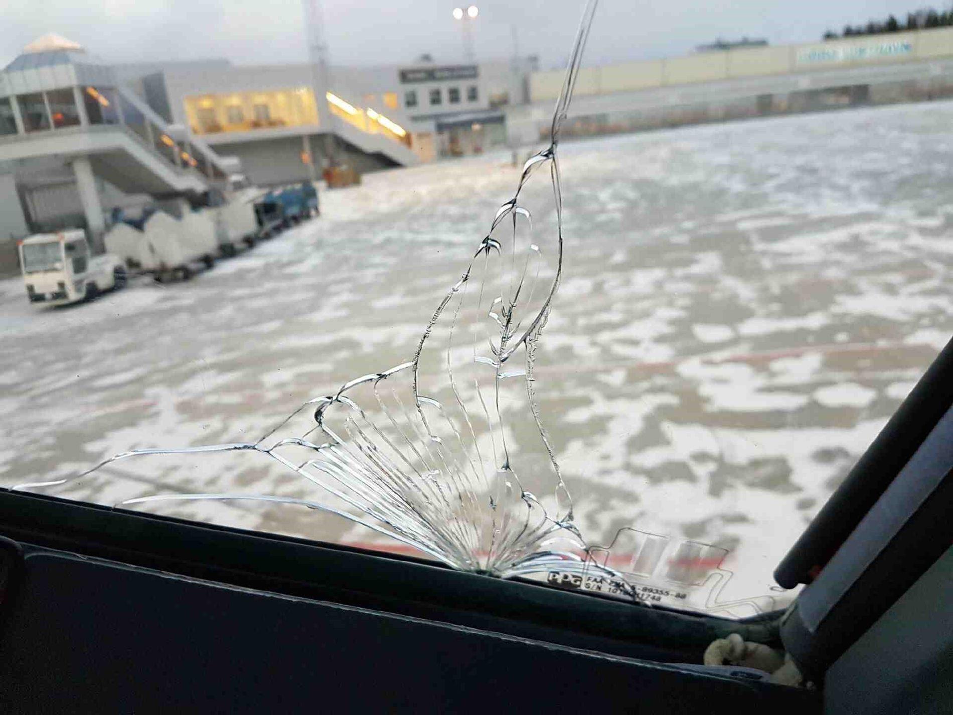 SPREKK: Slik så vindusruten ut etter at det hadde sprukket under mellomlanding i Bodø fredag formiddag.