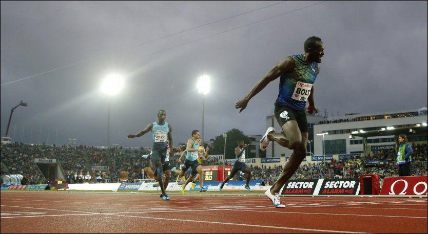 OVERLEGEN: Her krysser Usain Bolt målstreken - med god margin ned til Jaysuma Saidy Ndure (t.v.). Foto: Scanpix, C. Poppe
