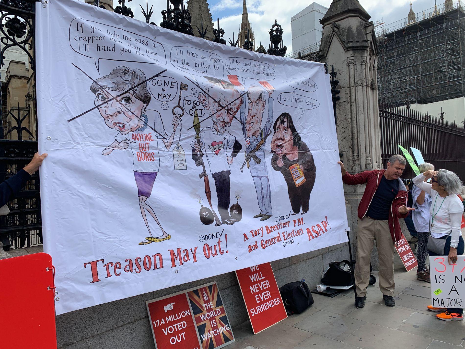 DEMONSTRERER: Flere har møtt opp for å vise sin støtte til nyvalg i Storbritannia.