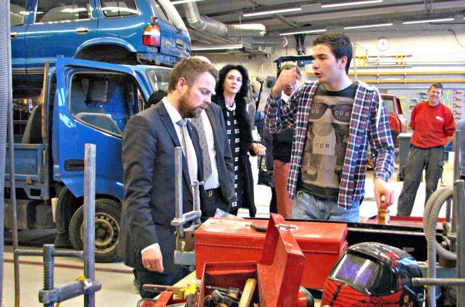 PÅ VERKSTEDET: Elev Valon Snajli (17) på Rud videregående i Bærum, forklarer kunnskapsminister Torbjørn Røe Isaksen (H) hvorfor han valgte yrkesfag fremfor studiespesialisering - blant biler og verktøy i skolens verkstedhall.