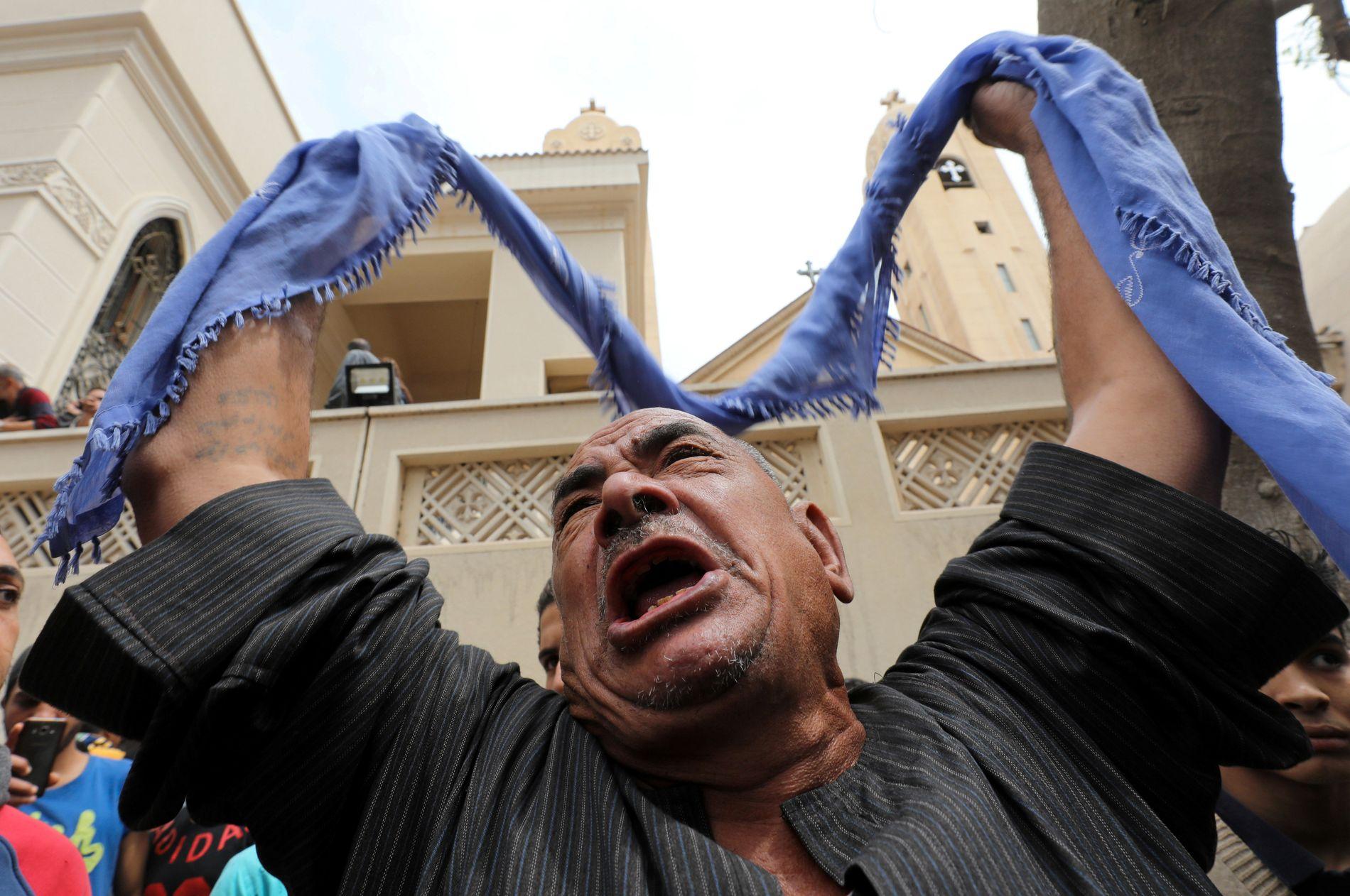 FORTVILELSE: En slektning av en av ofrene for et bombeangrep i en kirke i byen Tanta i Egypt.