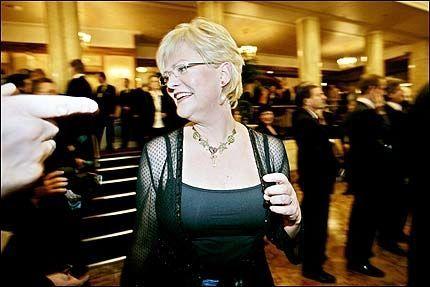 09de5190 TJENER 900.000: Finansminsiter og SV-leder Kristin Halvorsen må også kjøpe  antrekk til representasjonsoppdrag, som her under sentralbanksjefens  årstale.
