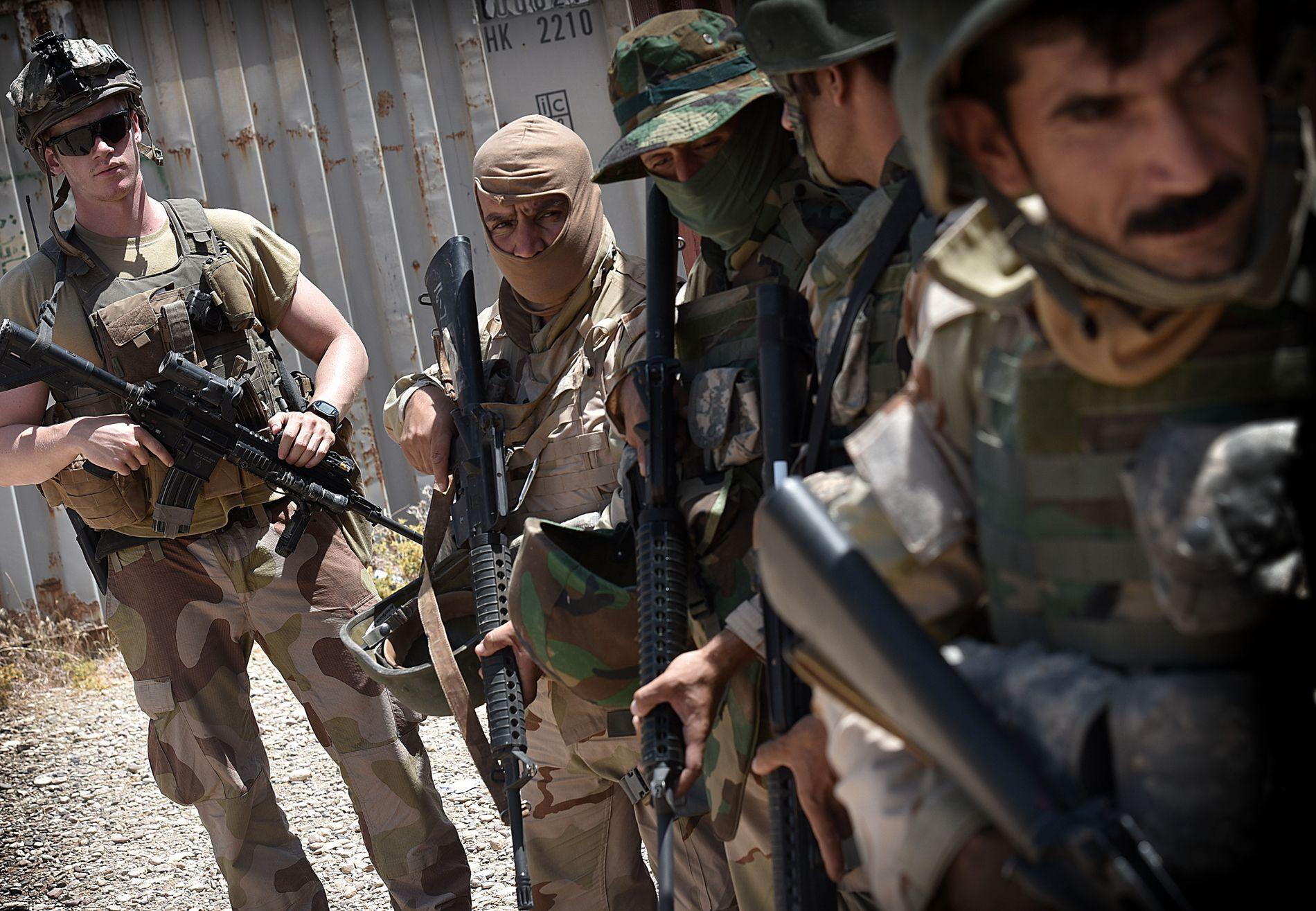 FORBEREDER KAMP: Norske soldater fra Telemark Bataljon trener opp Peshmerga-krigere i Irak. Thomas (24) leder infanteri-øvelsene.