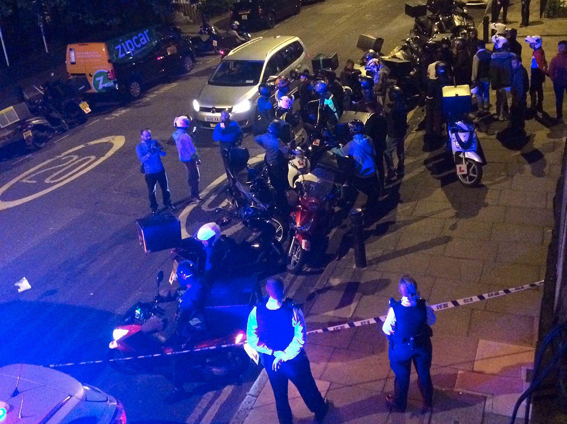 SAMMENHENG: Bildet viser åstedet for et syreangrep i London tidlig torsdag morgen. Politiet sier at de fem syreangrep ble utført av menn på mopeder har en sammenheng.