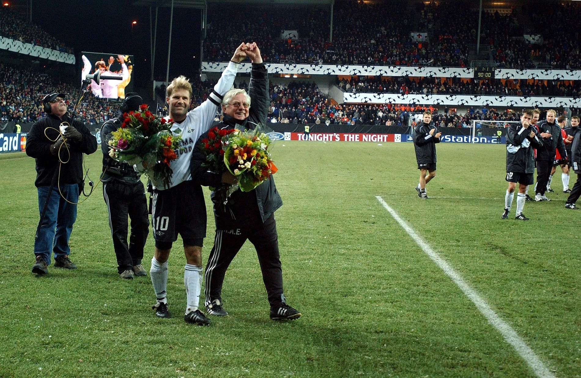 STØTTER RBK: Både tidligere kaptein Bent Skammelsrud og tidligere trener Nils Arne Eggen mener Nicklas Bendtner må få spille for RBK tross tiltale for vold. Her etter deres begges siste kamp i klubben i 2002. Eggen kom tilbake som trener i 2010.