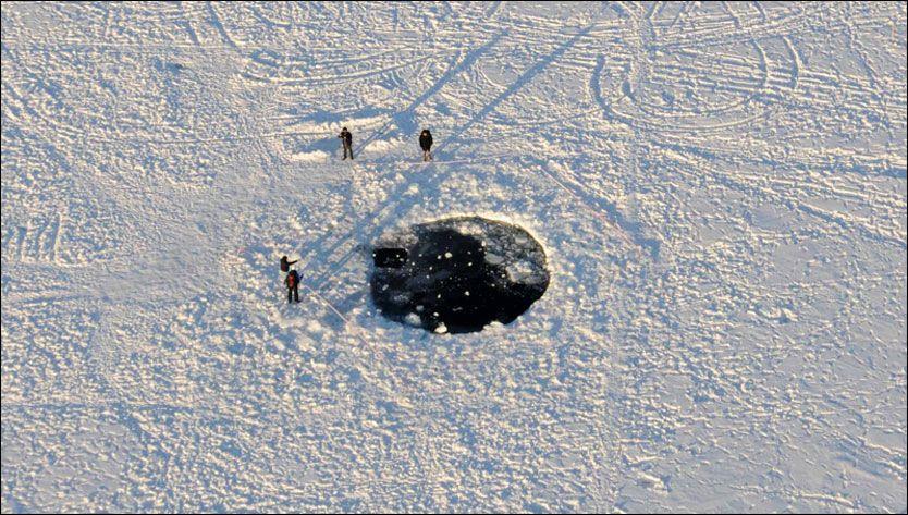 KJEMPEPLASK: Nesten hele meteoren som falt ned over Tsjeljabinsk-området brant opp i møtet med jordas atmosfære. Det største fragmentet som nådde bakken endte under isen på innsjøen Tsjebarkul. Foto: Eduard Kalinin
