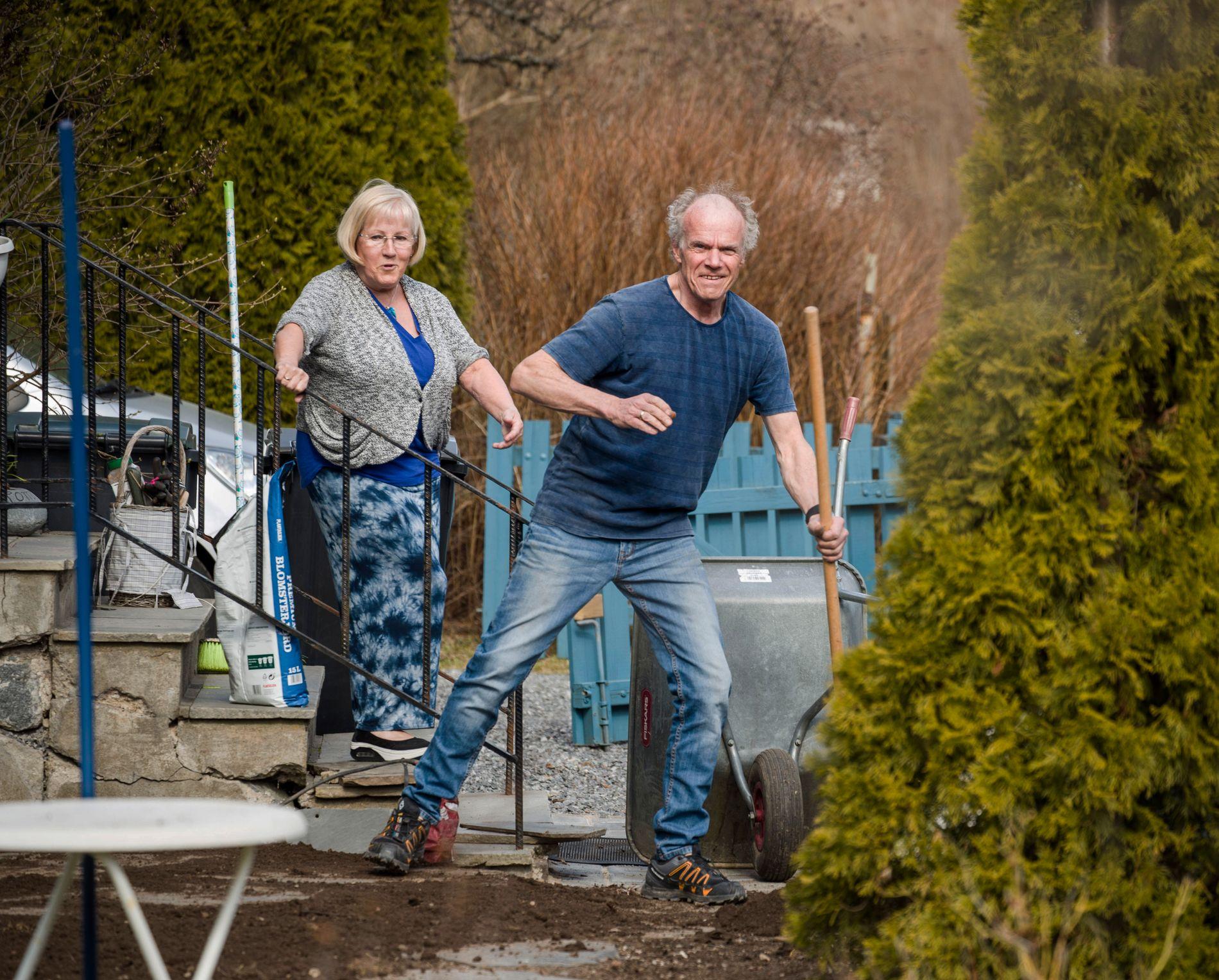 HJEMME: May Gunn Kristiansen (59) og Kjell Kristiansen (62) skal være hjemme på Godlia i Oslo i påsken. Hun skal jobbe på Grefsenhjemmet og han skal jobbe i hagen.
