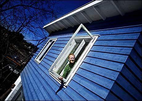 LØNNSOMT: Å fikse opp et gammelt vindu er både lønnsomt og miljøvennlig. Jobben er overkommelig, og du er selv i stand til å gjøre den på førsteklasses vis. Foto: Marte Vike Arnesen