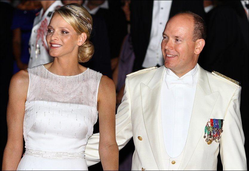 Fyrst Albert og Charlene gift feiret med kyss – VG