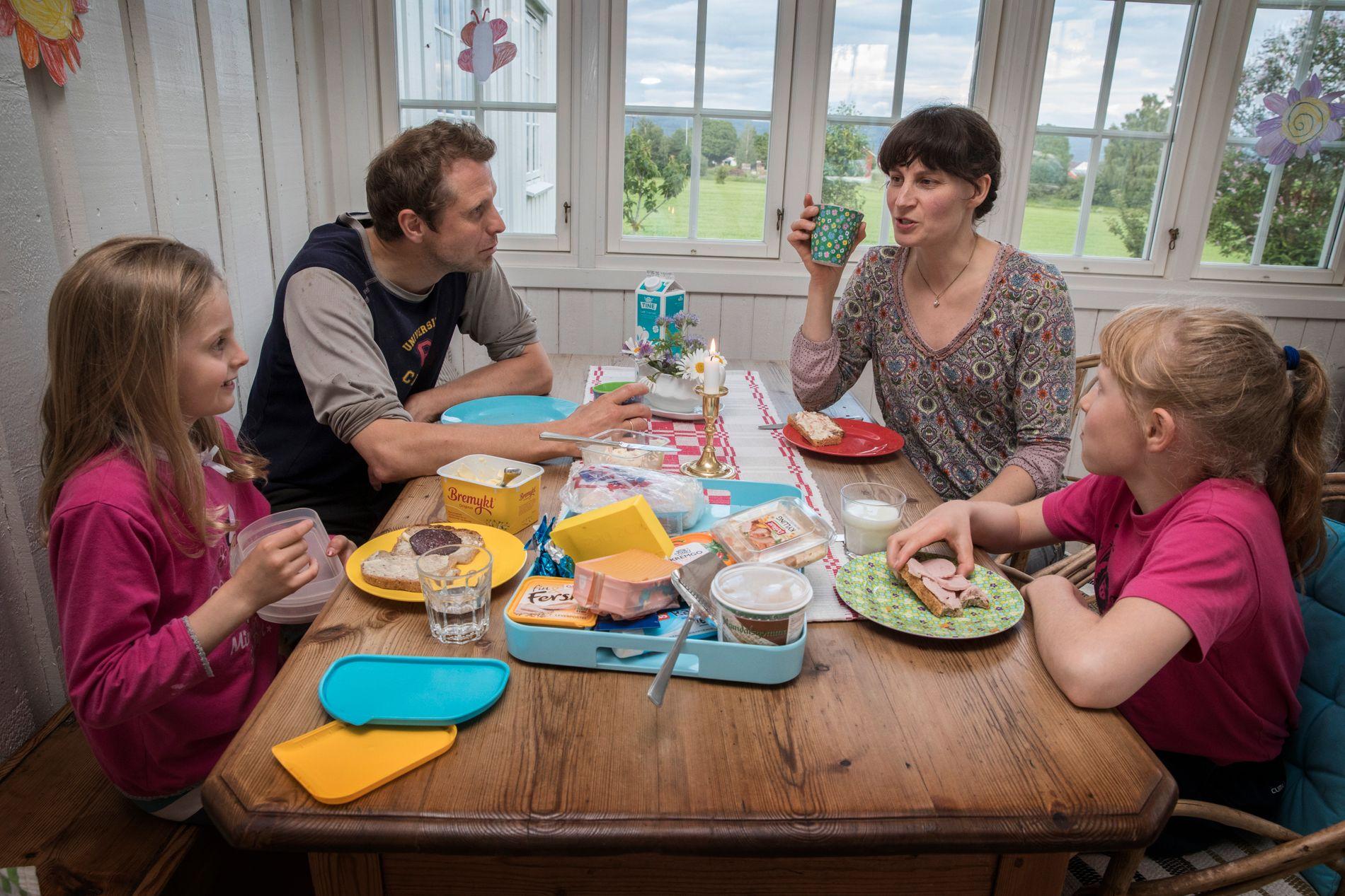 TID SAMMEN: Maria og Arne Elias med døtrene Agnes (8) og Maren (10). De har også sønnen Arne (4).