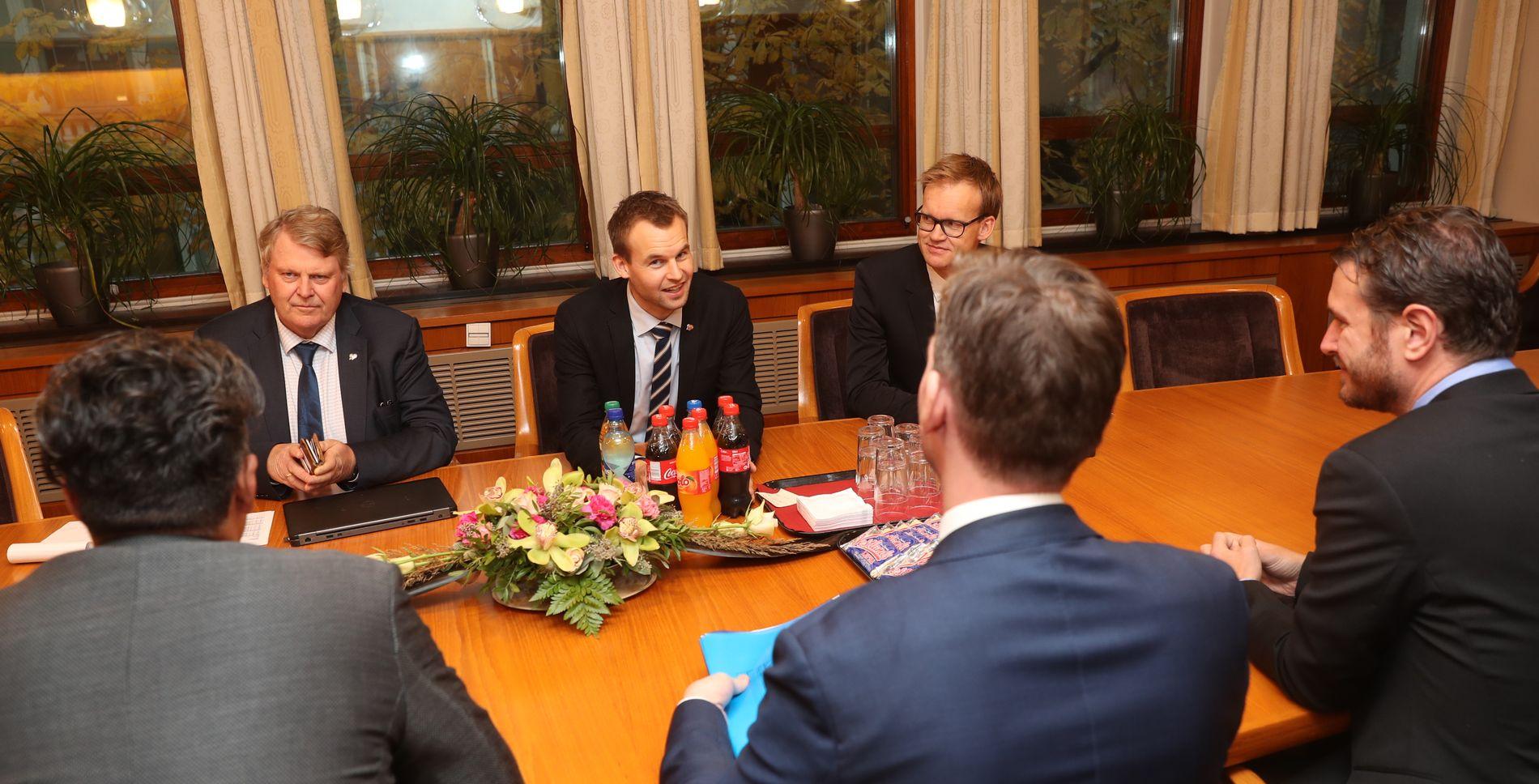 45bdba6d MANNE-MØTE: Kun dresskledde menn rundt bordet da budsjett-forhandlerne fra  Høyre, Frp og Venstre møtte KrF-delegasjonen i statsrådsrommet på  Stortinget ...