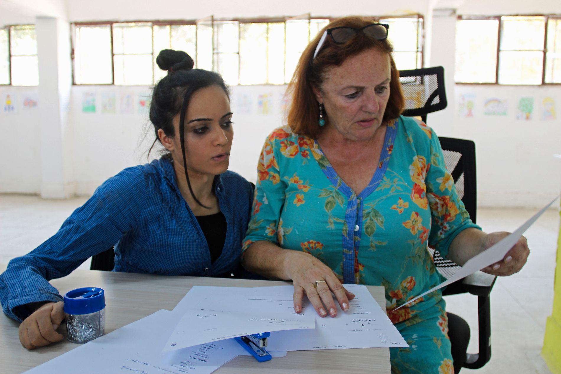 HJELPER ANDRE FLYKTNINGER: Noor jobber for en organisasjon ledet av irske Anne O'Rourke, der hun hjelper andre syriske flyktninger med å få sine saker registrert i det tyrkiske systemet.