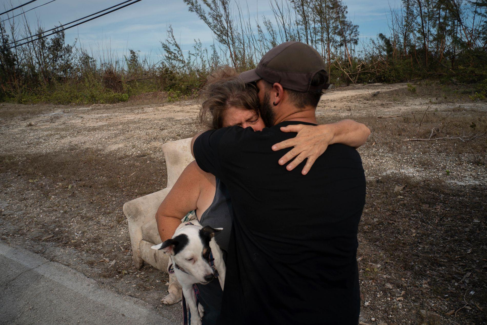 FIKK HJELP: Sissel Mosvold på Bahamas klemmer en frivillig som hjalp til med å evakuere moren hennes fra hennes flomrammede hjem i utkanten av byen Freeport.