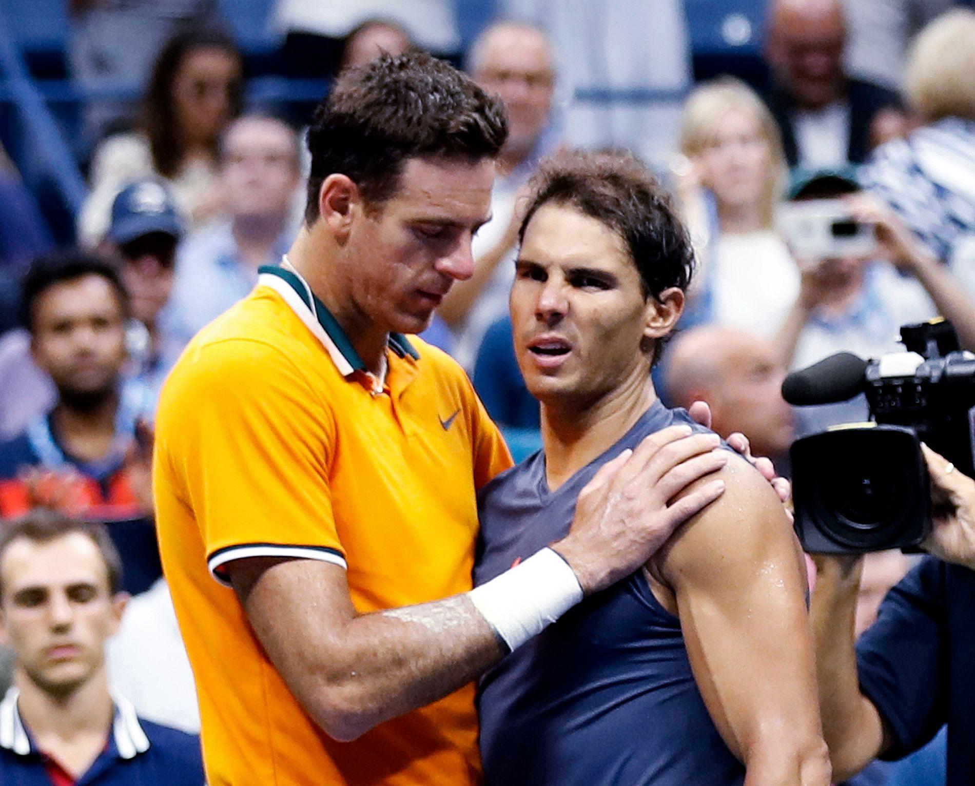 OVER OG UT: Juan Martin del Potro trøster Rafael Nadal etter at sistnevnte måtte gi seg med kneskade i semifinalen i US Open fredag.