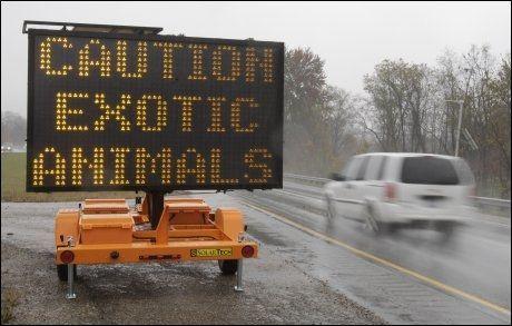 ADVARSEL: Slike skilt står langs veiene i området. Foto: AP