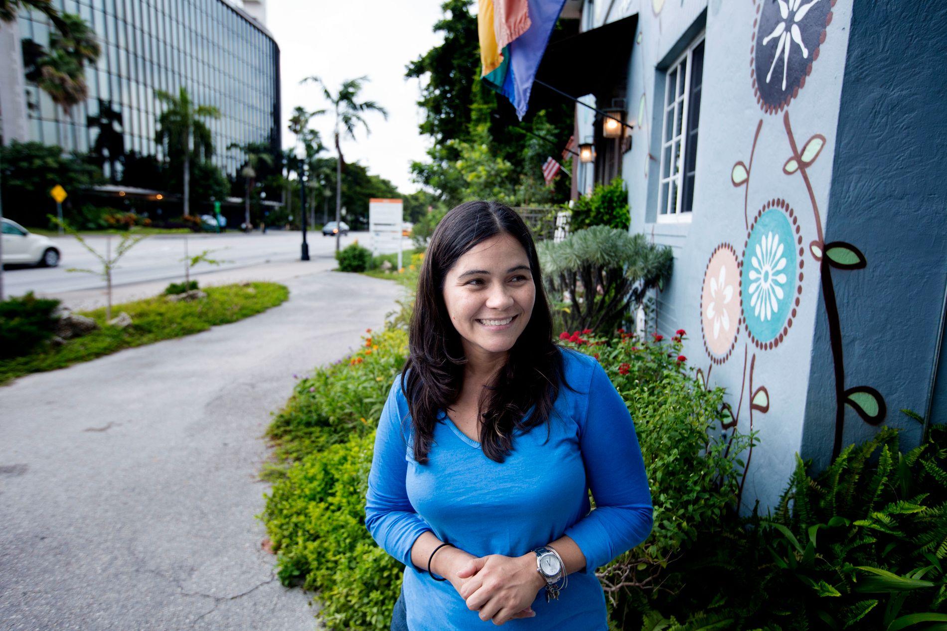 NYBAKT MOR: Enid Santiago (37) har nylig født en sønn, som hun holder mest mulig innendørs i disse dager.
