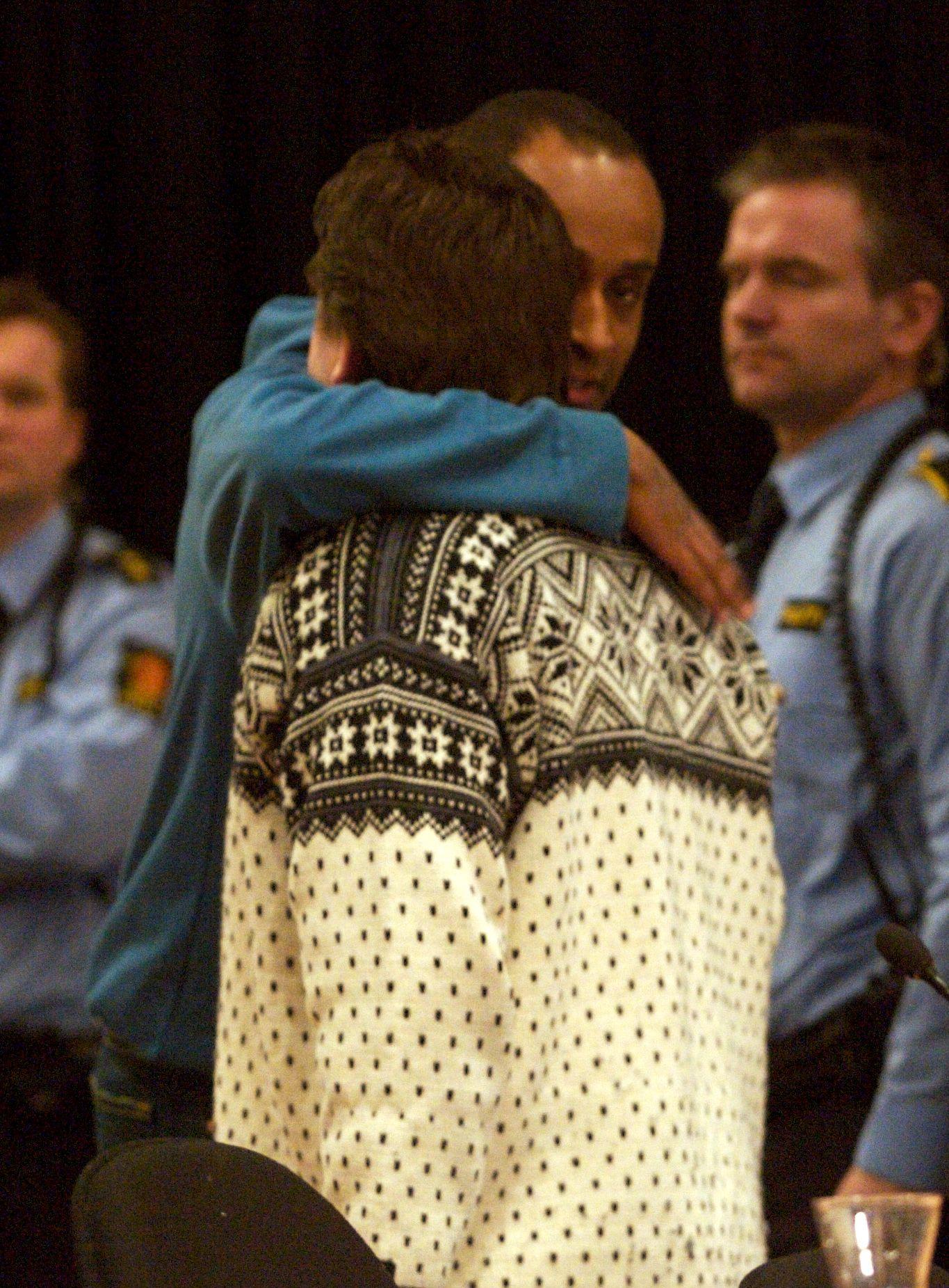 GAMLE KJENTE: Her gir Nokas-ranerne Metkel Betew (37) og David Toska (40) hverandre en klem etter at ranslaget fikk sin dom i Stavanger tingrett.