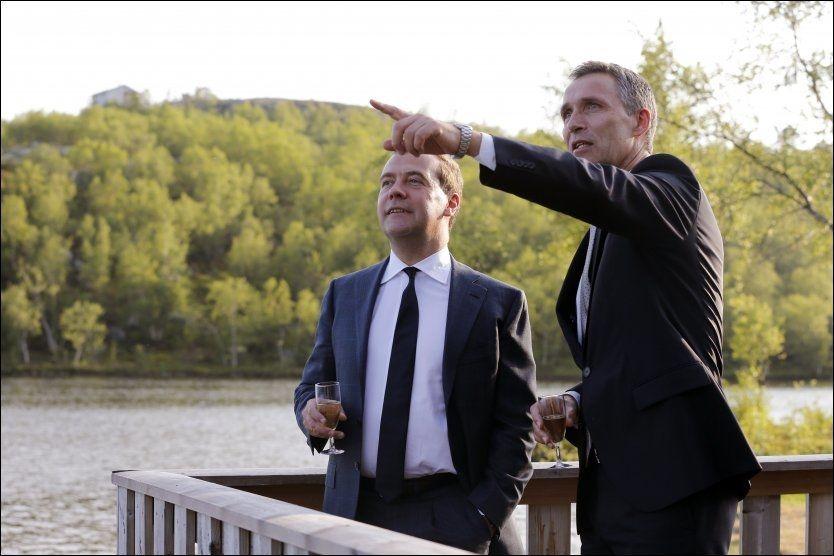 TOPPMØTE: Statsminister Jens Stoltenberg sammen med Russlands statsminister Dmitrij Medvedev mandag, dagen før toppmøtet i Kirkenes. Foto: Cornelius Poppe / NTB scanpix