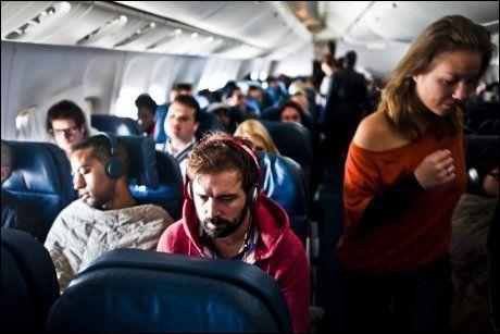 HARDKJØR: En fyllesyk irsk journalist våkner etter et par timers søvn på Rihanna-flyet. Foto: Amund Bakke Foss