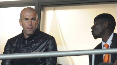 SKUFFET: Zinedina Zidane på tribunen under gårsdagens kamp. Han er skuffet over det franske landslaget. Foto: AFP