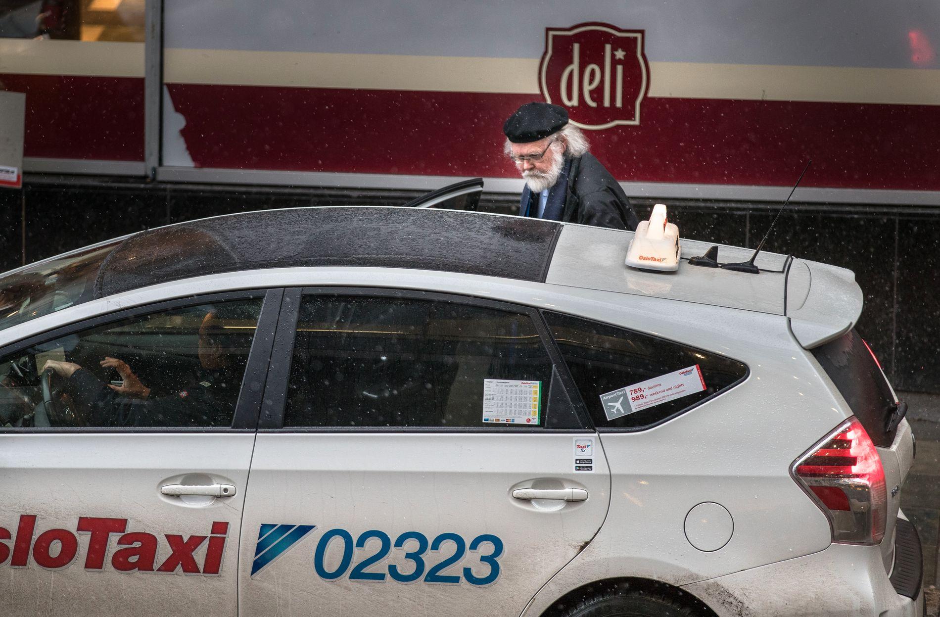 TRIVES I TAXI: Professor Nils Christian Stenseth (69) stiger ut av taxien for å møte VG til intervju i Akersgata i Oslo sentrum. Han forteller selv at han denne dagen tar fire taxiturer.