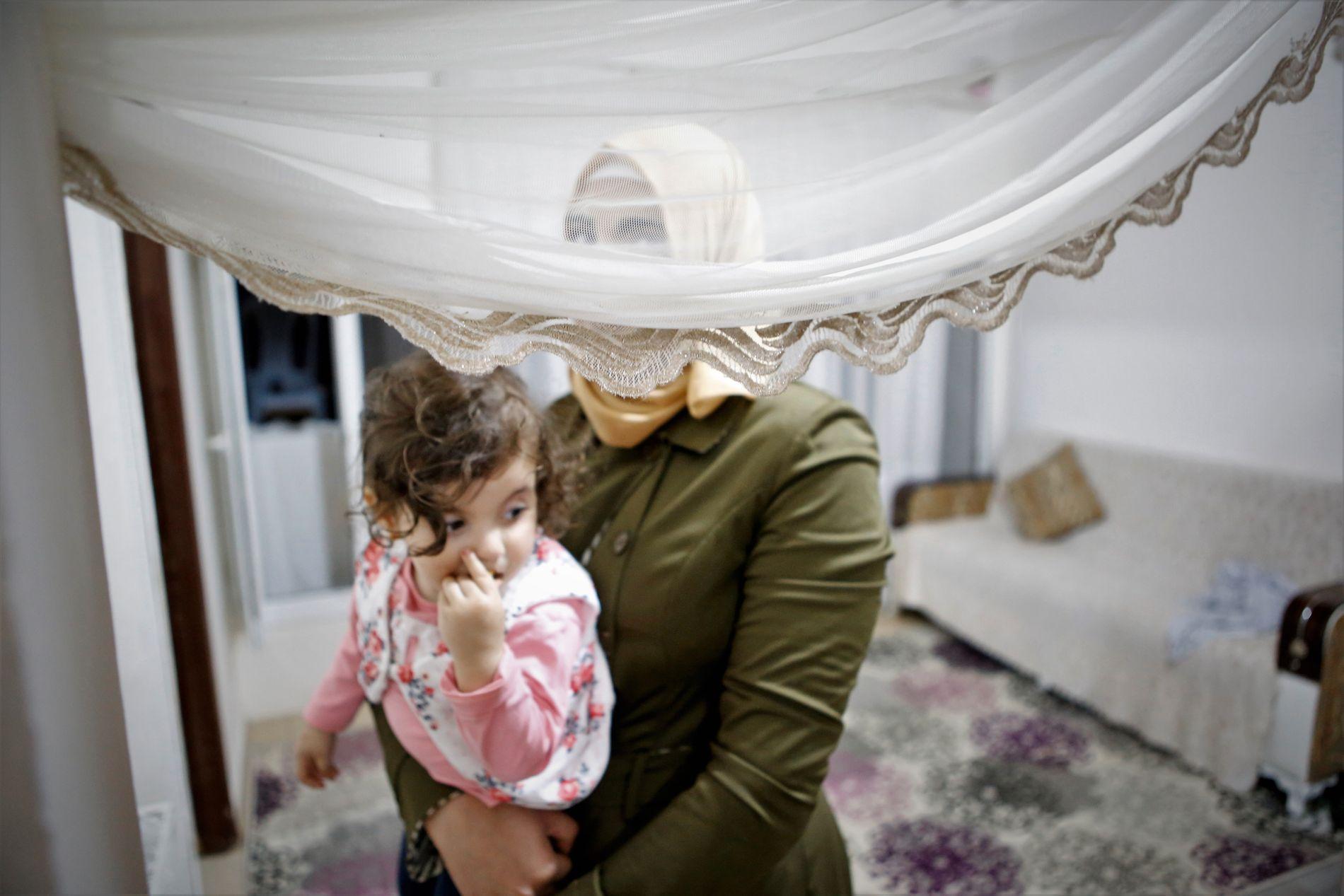 GIFTET BORT: Noor (18) har fått datteren (1,5 år) med sin tyrkiske ektemann (50). Hun har aldri møtt hans tyrkiske kone, men begge skal kjenne til hverandres eksistens.