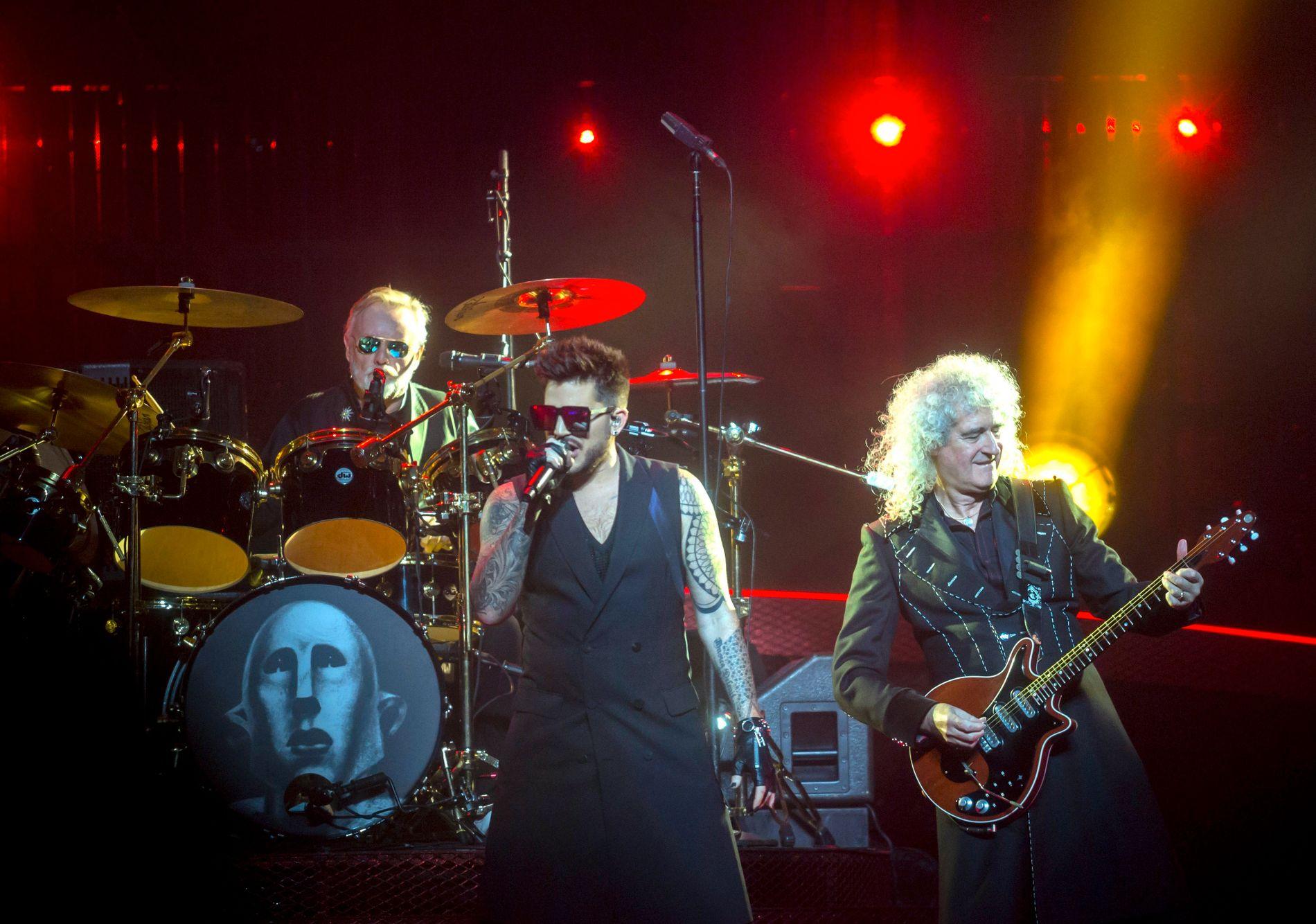 HOLDER DET GÅENDE: Amerikanske Adam Lambert med den originale Queen-gitaristen Brian May ved sin side, på scenen i Ungarn i fjor høst.