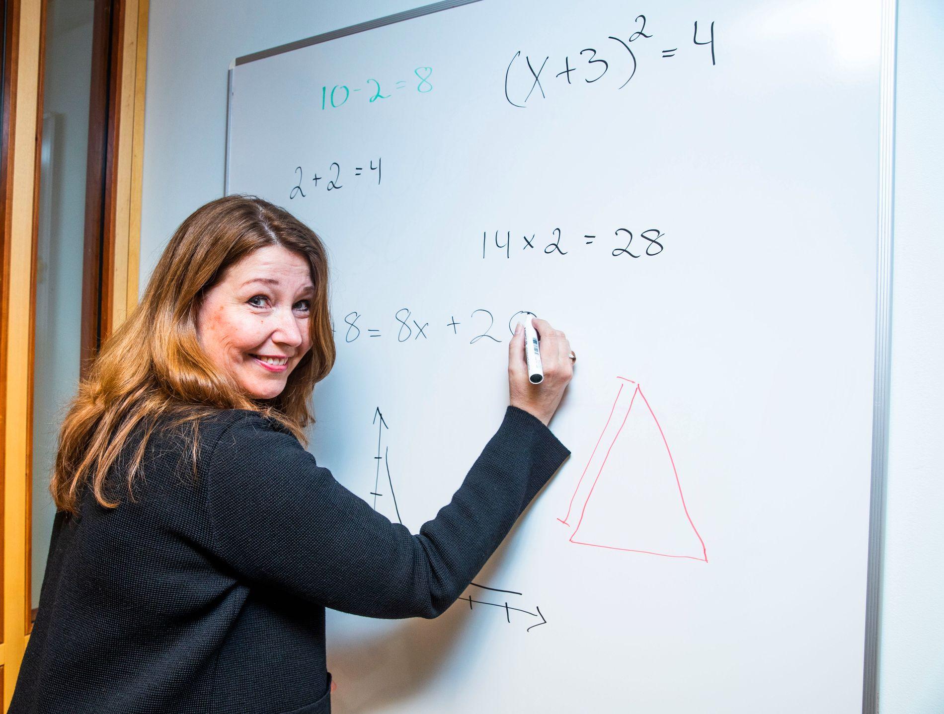 NESTEN-LÆRER: Turid Kristensen har jobbet i mange år administrativt ved Universitetet i Oslo, men sier hun lenge vurderte å omskolere seg til å bli lærer. – Fordi matte er gøy og fordi det hadde vært spennende å få elever til å være enige i det.