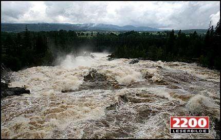KRAFTIG: Numedalslågen fører nå 10 ganger så mye vann som normalt i juli. Foto: Leserfoto, Aksel Syvertsen