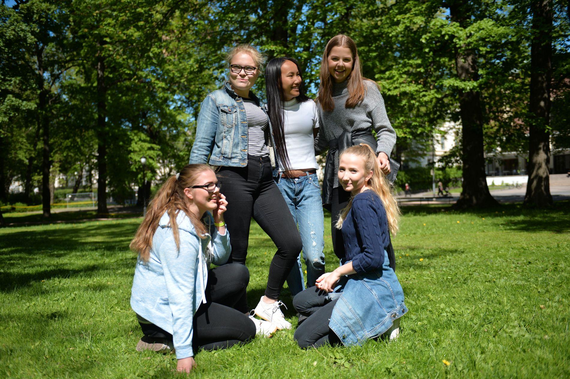 BÅDE PRESS OG ANERKJENNELSE: Det er flere grunner til at flere unge sender intime bilder av seg selv, mener (bak f.v.) Tuva (14), Jenny (14), Rebekka (15), (foran f.v.), Martine (15) og Marte (14).