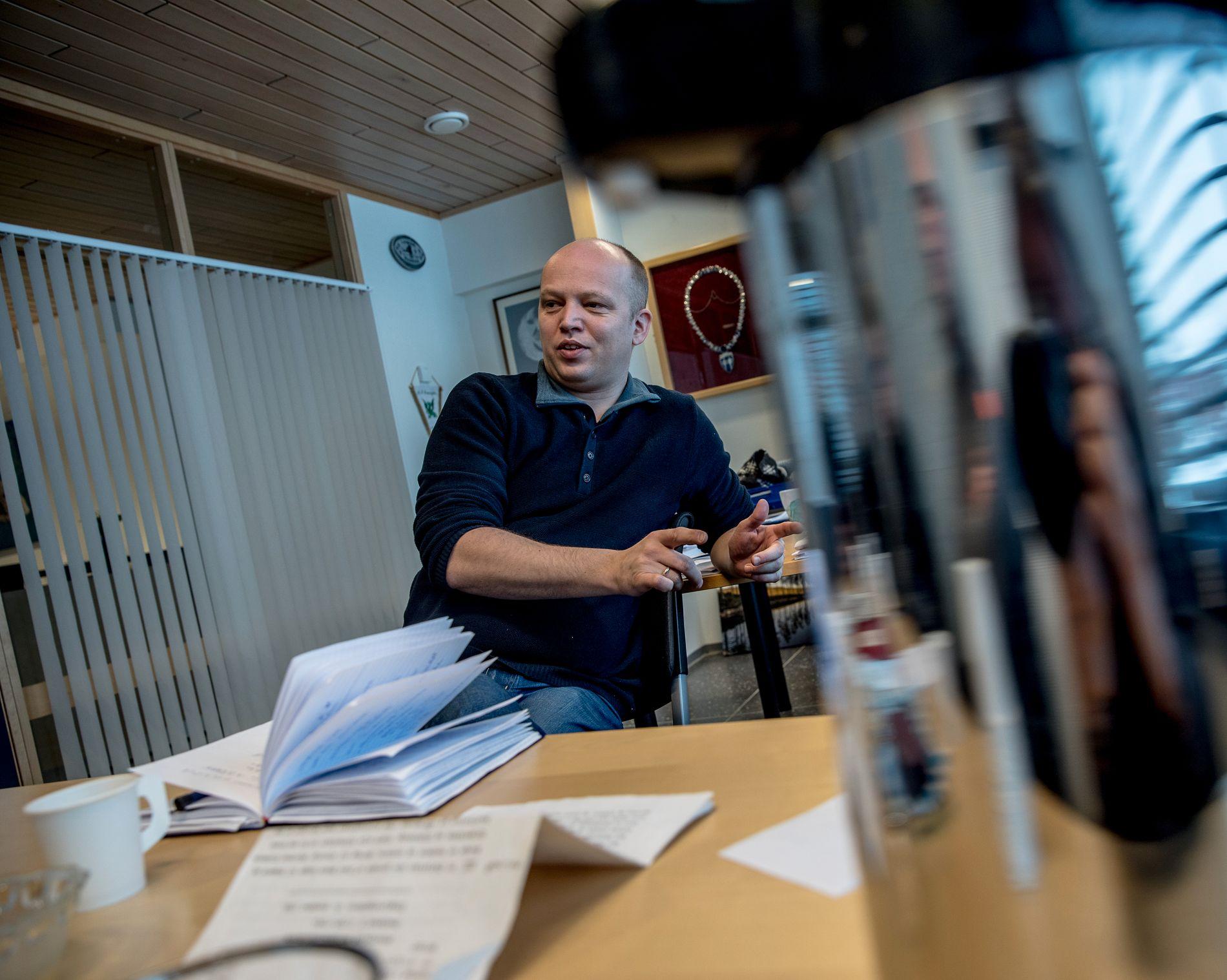 ENIG MED CARL: Trygve Slagsvold Vedum (Sp) møtte Carl I. Hagen på gata i Oslo nylig. Der og da kom det frem at de begge ville gjeninnføre pensjonistenes lønnsslipp av respekt for eldre som ikke er på nettet og bruker digipost.