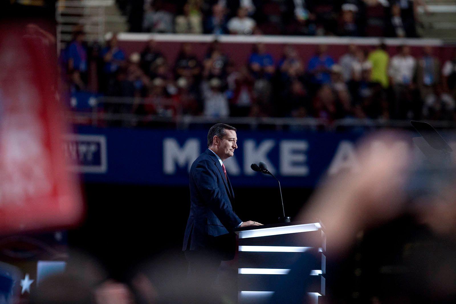 TIDLIGERE RIVALER: Donald Trump og Ted Cruz kjempet mot hverandre med nebb og klør i nominasjonsprosessen. Her fra Cruz' tale i natt.