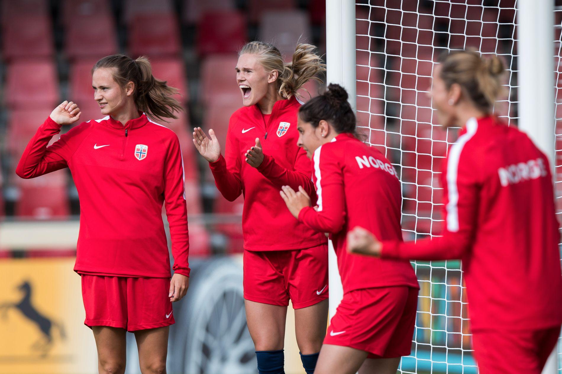 NOE Å KLAPPE FOR: Kristine Leine (nummer to fra venstre) ser ut til å få grønt lys til å spille VM-kvalik-kampene mot Slovakia og Nederland.