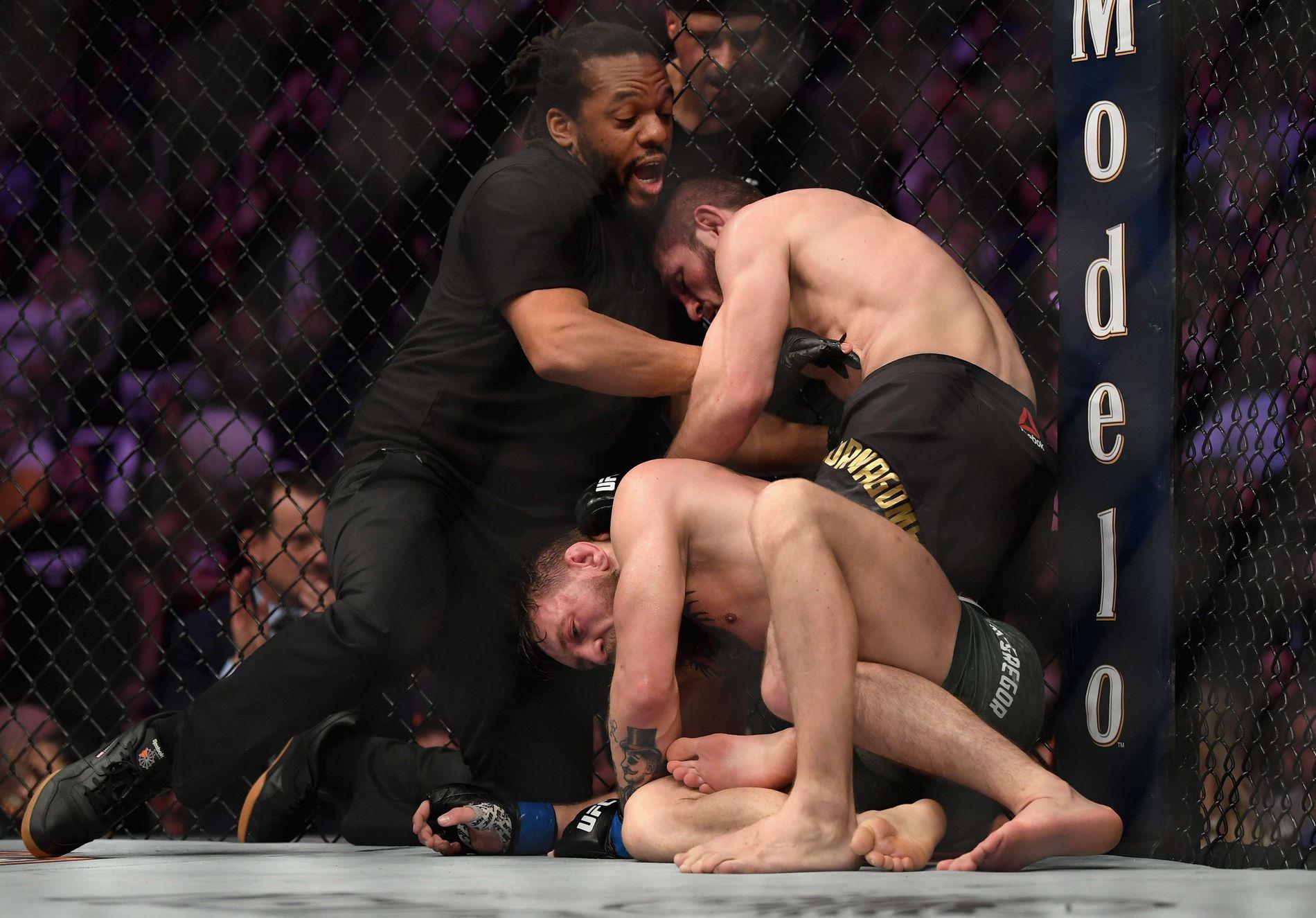 HER ER DET AVGJORT: Kampen mellom Nurmagomedov og McGregor ble avgjort i fjerde runde. Deretter begynte skandalescenene.