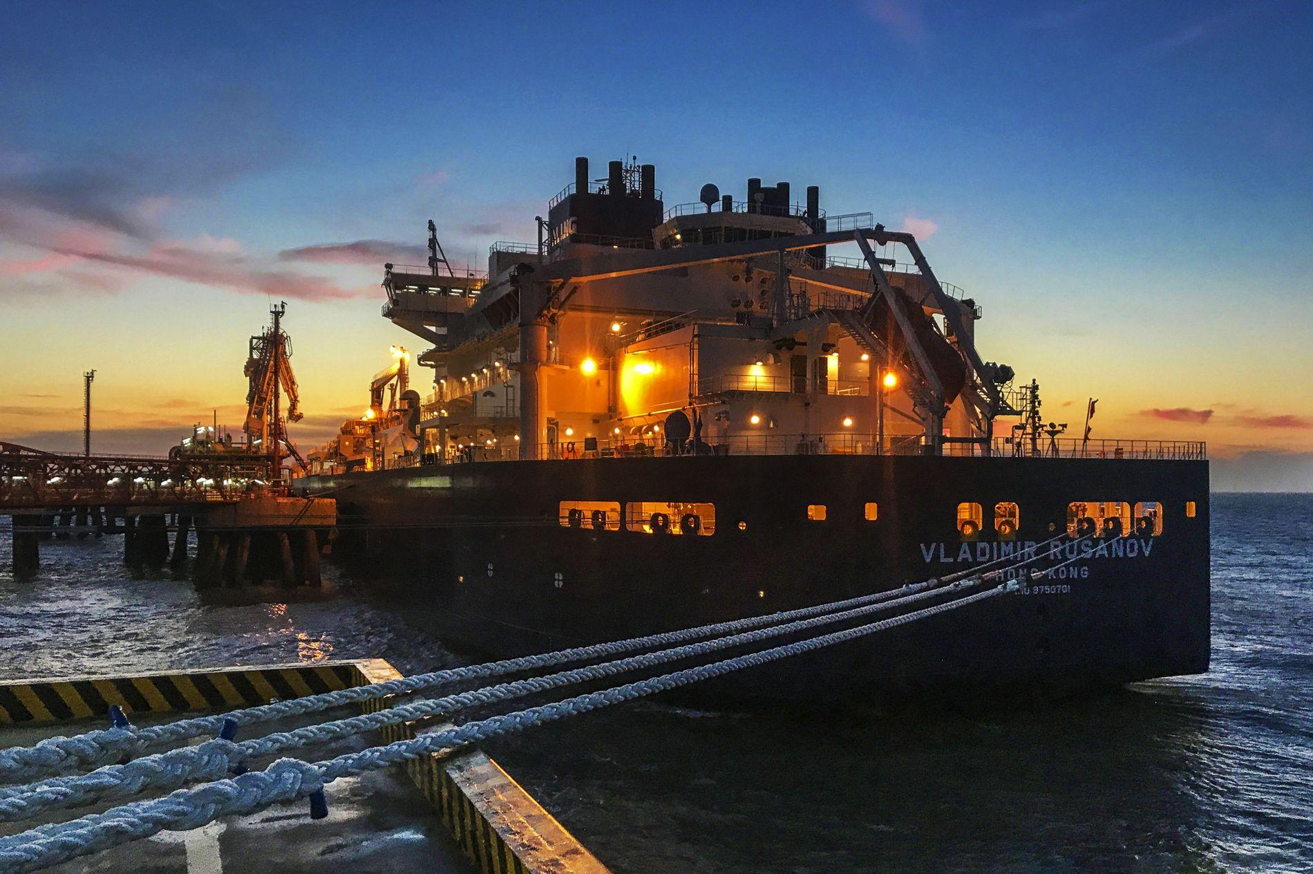 TANKSKIP: Kinas vil bli en «Polar supermakt», og veien til det går gjennom norske farvann. Her ankommer et tankskip byen Nantong i Kina med en arktisk ressurs, flytende naturgass, fra kinesernes plattform i Sibir. Fremover vil Kina ekspandere sin virksomhet i norske områder i Arktis.