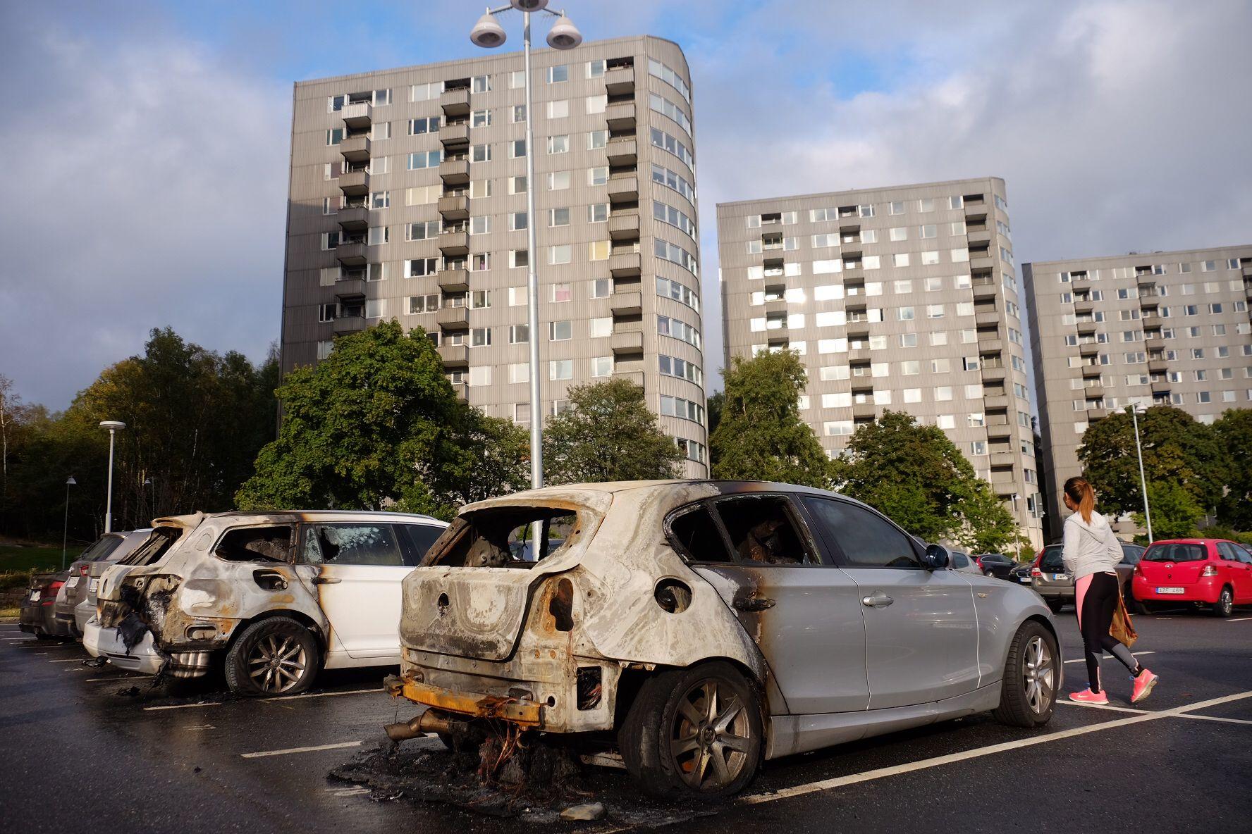 UTBRENT: Utbrente skjeletter av biler står igjen på flere parkeringsplasser i Gøteborg-området. Politiet ble også kastet stein på ved flere steder da de ankom åstedene.