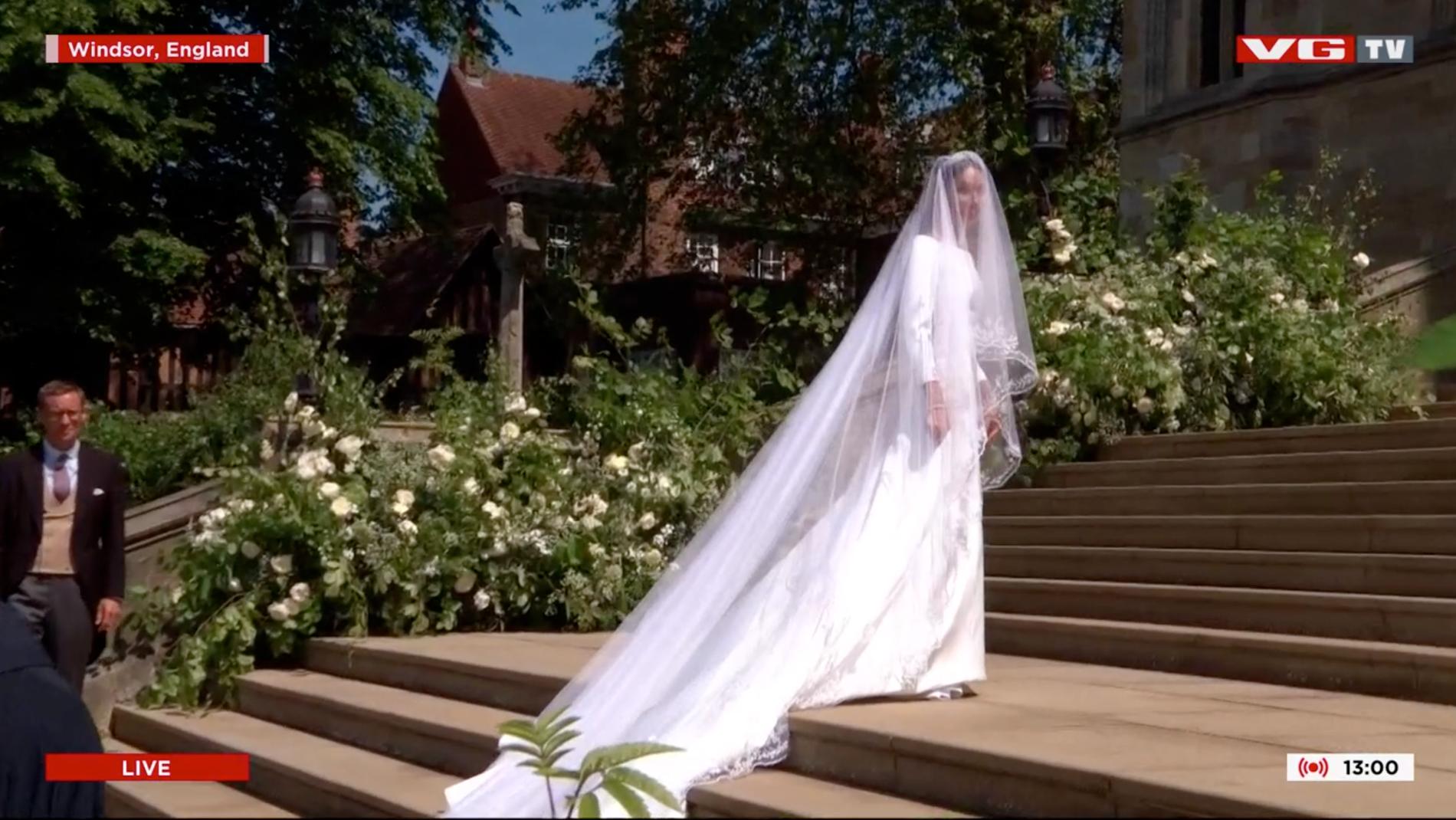 GIVENCHY: Meghan Markle valgte en enkel, benhvit kjole fra det franske motehuset Givenchy.