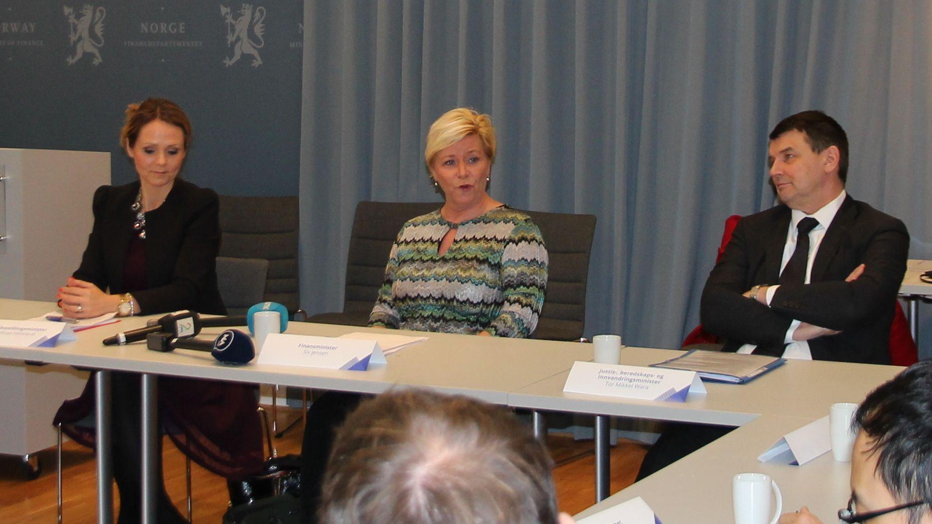 BEKYMRET FOR FORBRUKSLÅN: F.v. Likestillings- og forbrukerminister Linda Hofstad Helleland, finansminister Siv Jensen og justis-, beredskaps- og innvandringsminister Tor Mikkel Wara.