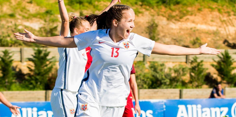 MÅLFARLIG: Guro Reiten jubler etter å ha scoret for Norge i Algarve Cup. På seks seriekamper har hun nå ti mål.