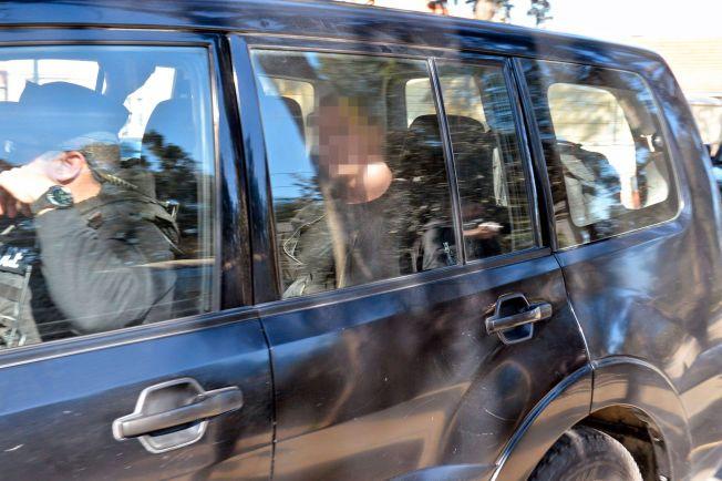 PÅ VEI TIL RETTEN: En av de pågrepne nordmennene, en 28 år gammel mann, kjøres inn mot rettslokalet.