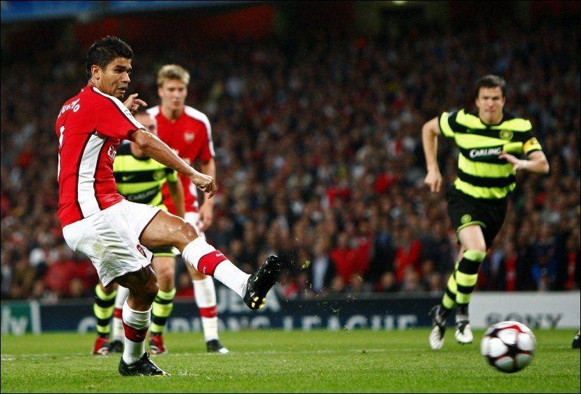 OMDISKUTERT: Arsenal-spissen Eduardo skaffet straffe da han falt særdeles lett mot Celtic onsdag. Han satte straffen i mål selv like etterpå, men kan bli straffet for filming av UEFA. Foto: Reuters