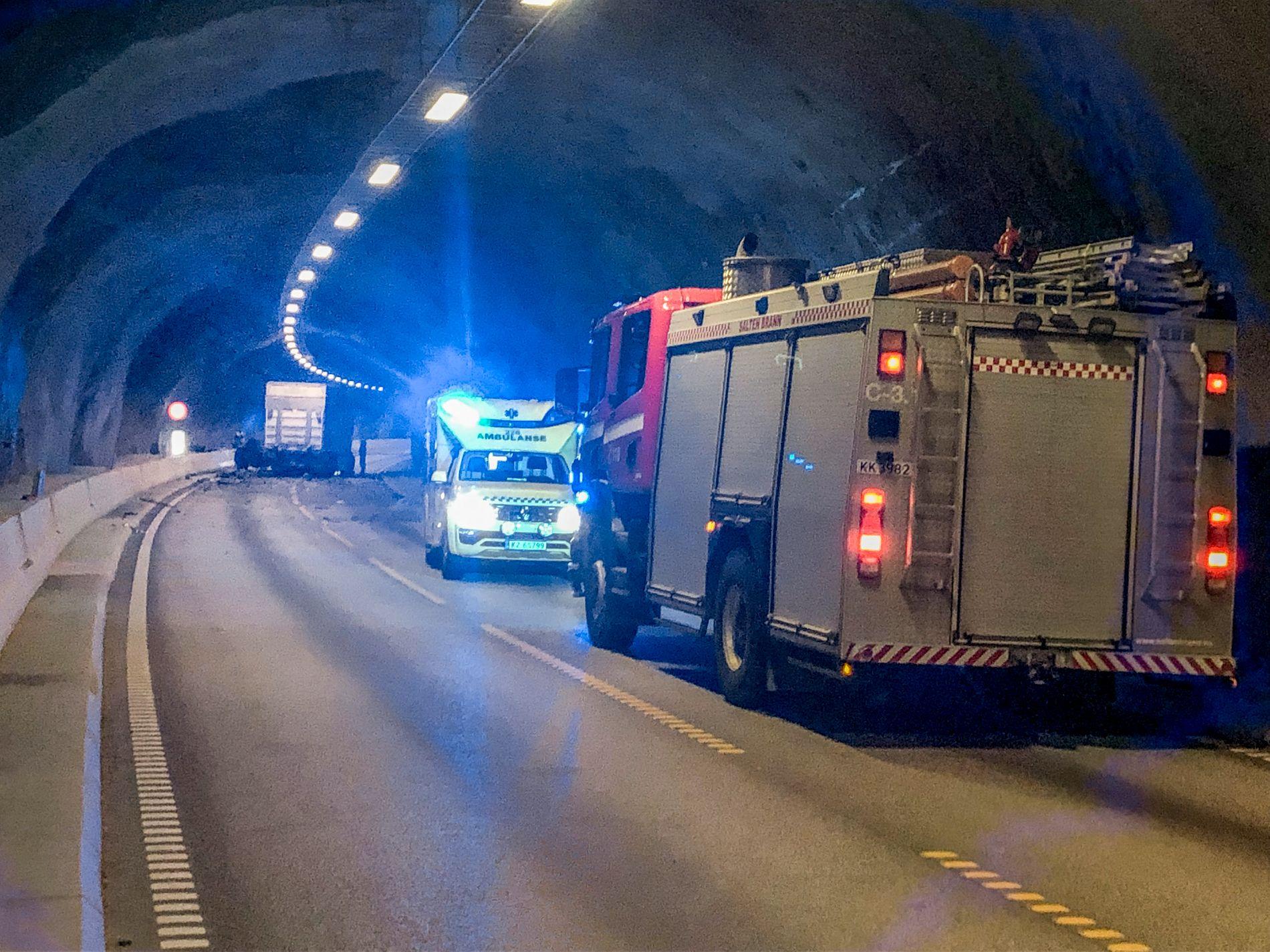I TUNNEL: Nødetatene jobber i Saksenviktunnelen etter en dødsulykke torsdag.